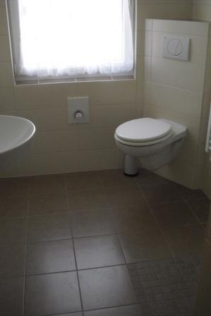 6 badezimmer mit bodenebener dusche und eck wc fliesen fieber. Black Bedroom Furniture Sets. Home Design Ideas