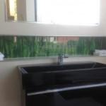 Ablage über dem Waschbecken. Rest mit hellen Badfliesen