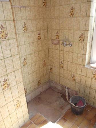 Alter Duschbereich während der Badsanierung