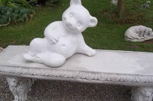 Bär Paul auf der Gartenbank aus Beton