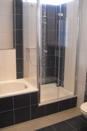badgestaltung in wei und schwarz mit mosaikfliesen - Bad Schwarz Wei Gefliest