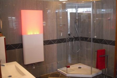 eingemauerte Dusche mit Glastür und 3d Wandfliesen