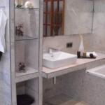 Glasablagen im Badezimmer