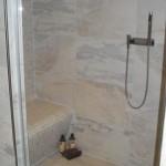 geflieste Sitzbank in der Dusche
