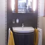 Badezimmer Fliesen mit senkrechter Bordüre
