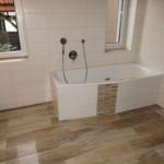 Bad mit Holzfliesen in Holzoptik