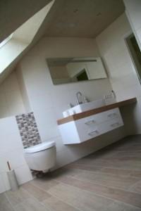 Badezimmer in Holzoptik mit Dachschräge