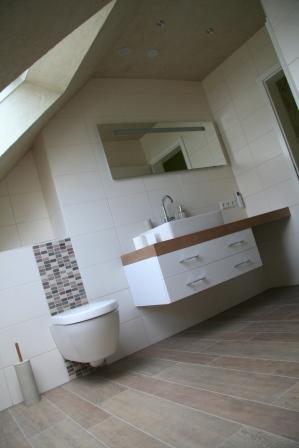 Holzoptik im Badezimmer und helle beige Wandfliesen