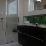 Badideen mit Glasfliesen in der Ablage