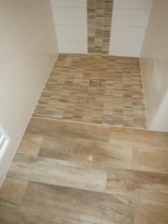 barrierefreie dusche mit feinsteinzeug holzoptik stbchenmosaik - Badezimmer Holzfliesen