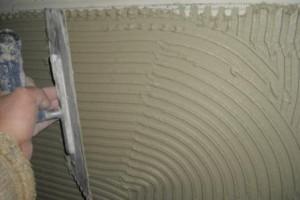 Das Verlegeverfahren beim Fliesenlegen. Dünnbettverfahren