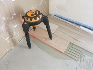 Der Laser auf unterschiedlich hohen Untergründen ist mit den Füßen verstellbar