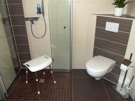 Der barrierefreie Duschbereich und Toilettenbereich nach der Badezimmersanierung