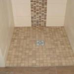 Duschbereich mit Mosaikfliesen mittig der Dusche