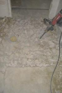 Ein schwimmender Zementestrich wird mit einer Hilti zerkleinert und entfernt