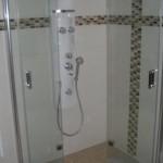 Falttür in einer bodenebenen und gefliesten Dusche