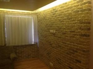 Fernsehwand in Steinoptik mit indirekter Beleuchtung