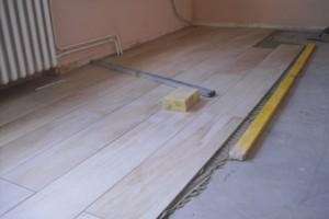 Fliesen in Holzoptik auf Bodenausgleichsmasse verlegen