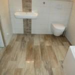 Holzboden aus Feinsteinzeugfliesen im Badezimmer