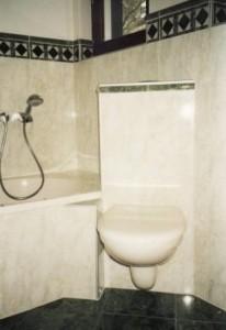 Kleines Badezimmer mit Eck-WC