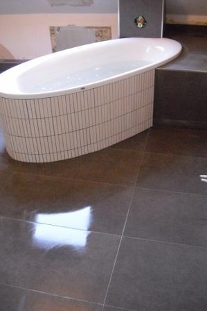 Ovale Badewanne Mit Fliesenstreifen Verlegt Fliesen Fieber