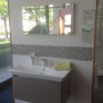 Polygonale Badfliesen über dem Waschbecken als Bordüre