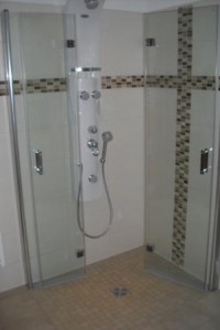 Rechteckige helle Badezimmer Fliesen waagerecht verlegt mit Mosaikbordüre