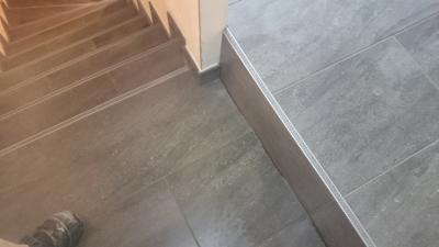 Verflieste Treppe mit Treppenschienen