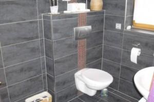 Fliesen im Badezimmer waagerecht verlegt mit Mosaikbordüre