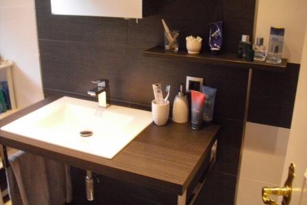 waschbeckenbereich mit der bodenfliese eingeteilt. Black Bedroom Furniture Sets. Home Design Ideas