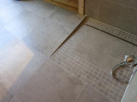 Einseitige bodengleiche Dusche mit Gefällekeil an einer Seite
