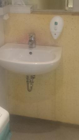 Fugenlose Wände in der Toilette eines Hotels